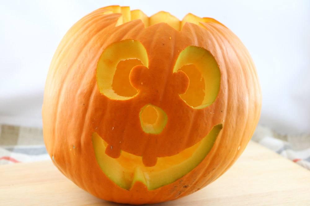 Kürbisse sind geschnitzte Kunstwerke an Halloween