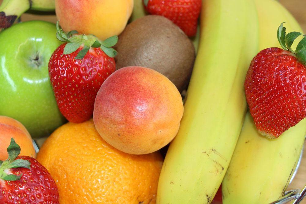 Obstschale zieht Obstfliegen an