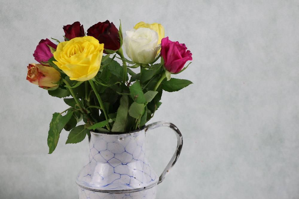 Rosen in einer Vase als Tischschmuck