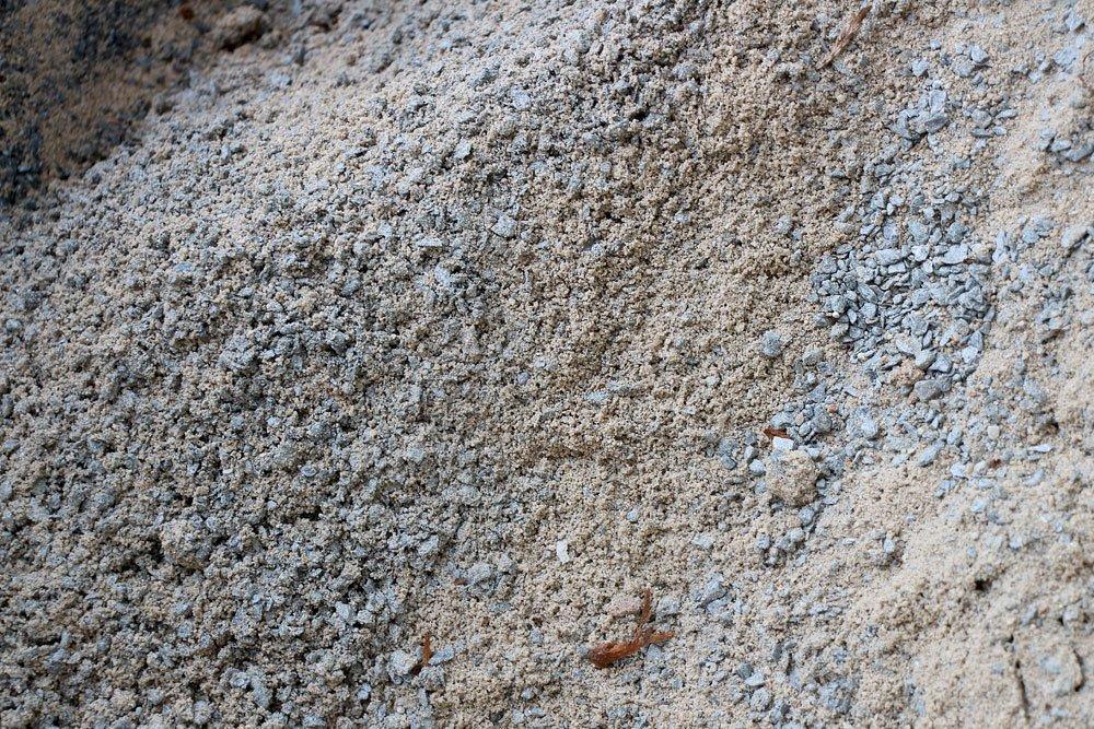 Erdaushub mit kleinen Steinen