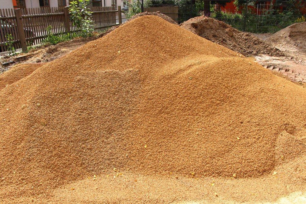 Sandgemisch und Rasendünger für eine üppige Grasdecke
