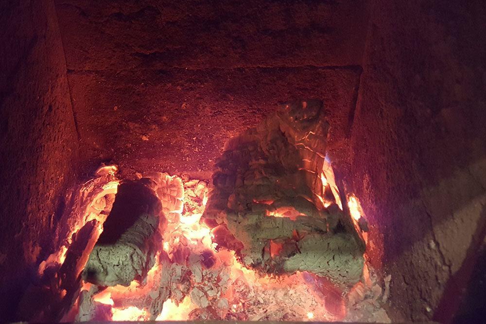 Natursteine im Ofen mit Glut