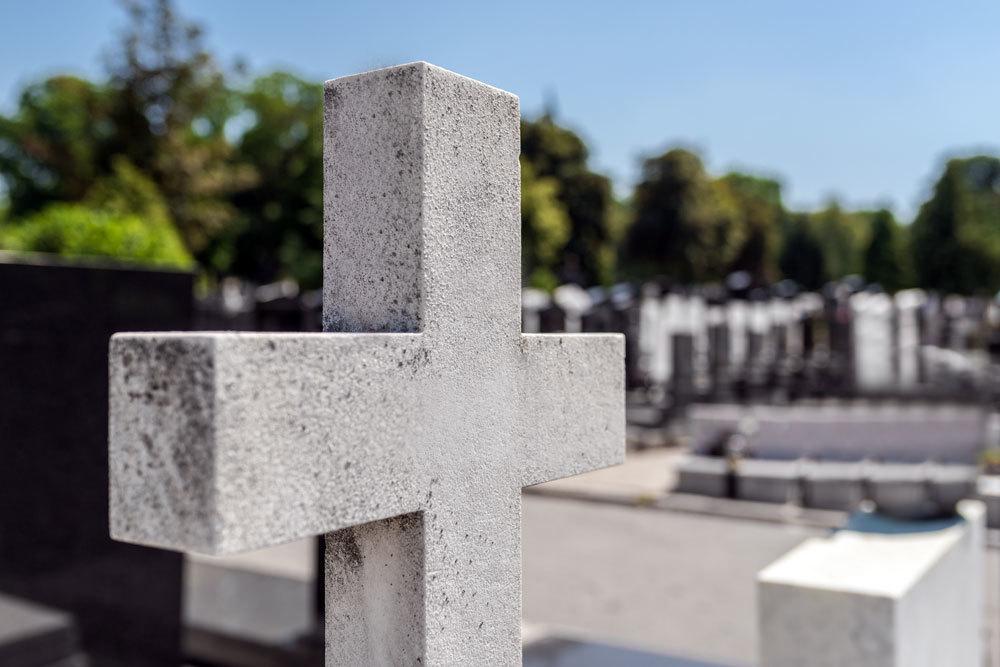 Steinkreuz auf Friedhof