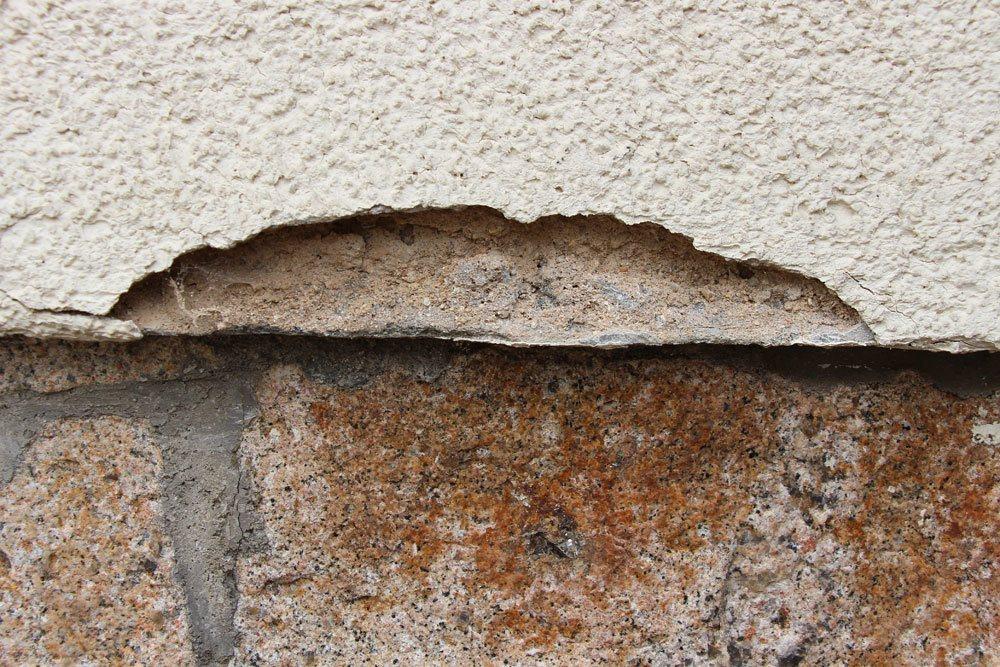 abgeplatzter Putz an der Hausfassade