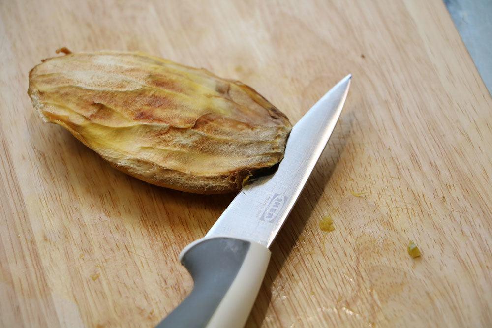 Aufbrechen des Mangokerns