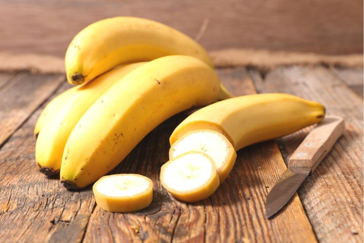 Bananen mit Schale und aufgeschnitten