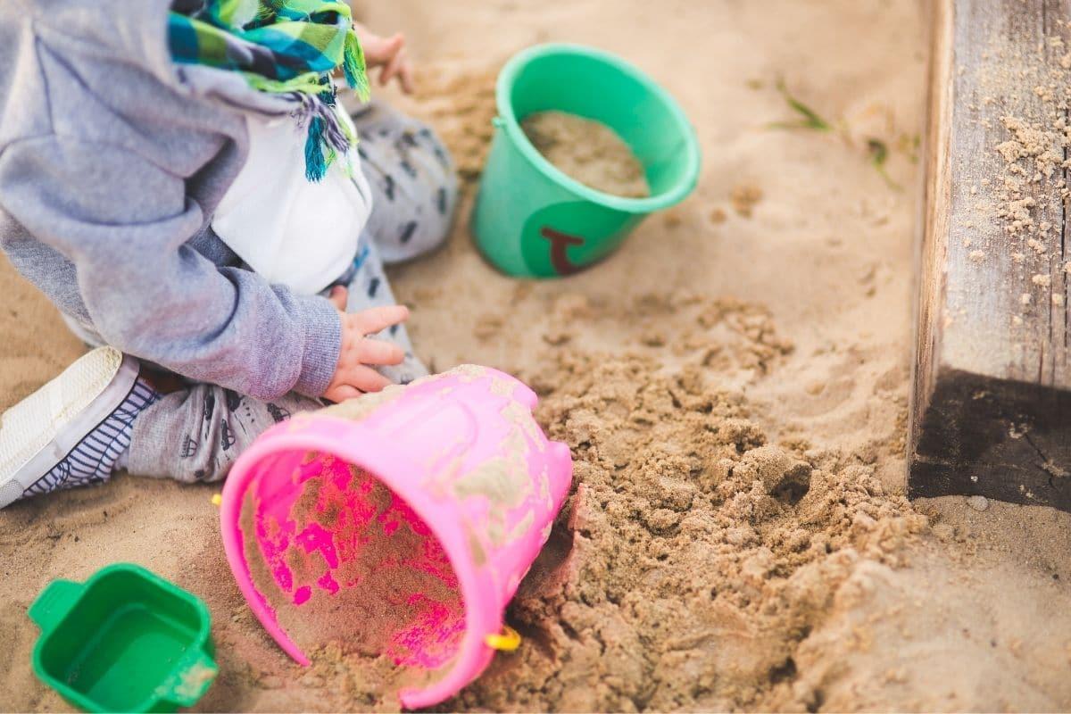 Sandkiste mit Kleinkind
