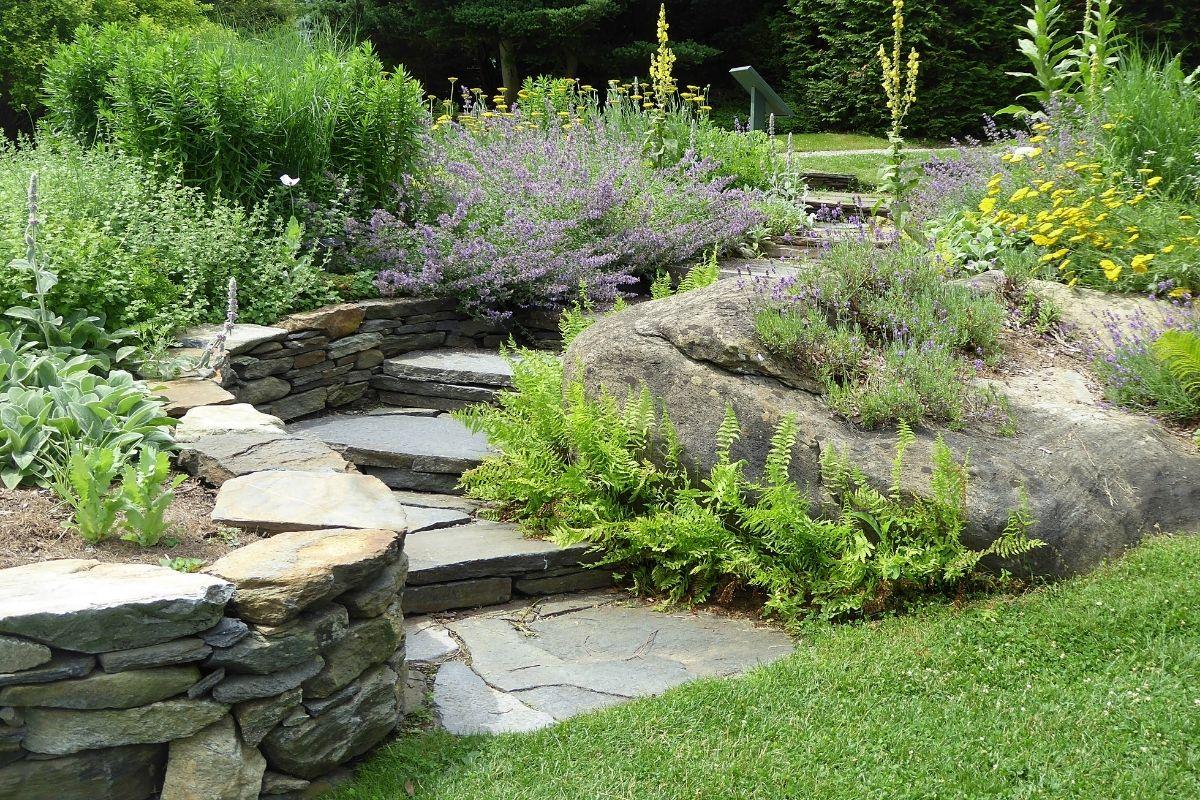 Verschlungener Weg für Gartenromantik