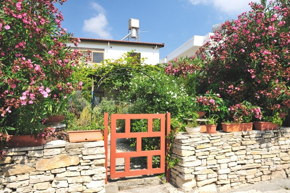 Trockenmauer um Garten herum